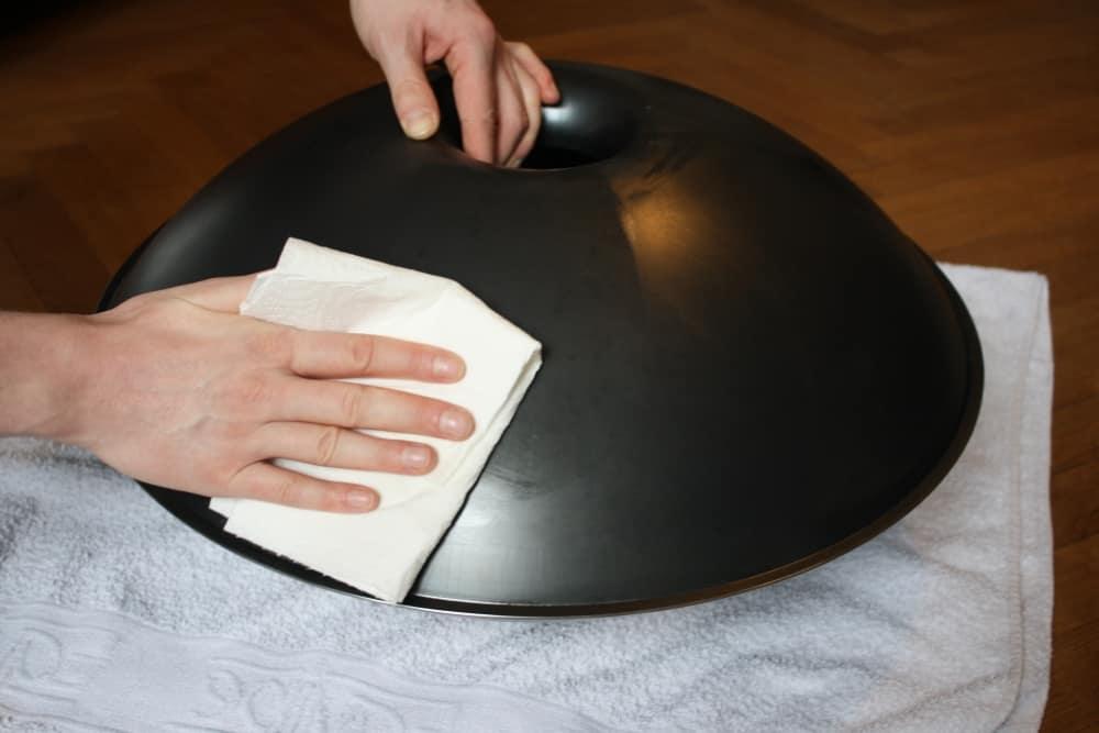 Handpan-Unterseite mit Alkohol reinigen