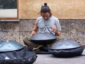 Handpan Spieler mit drei Handpans