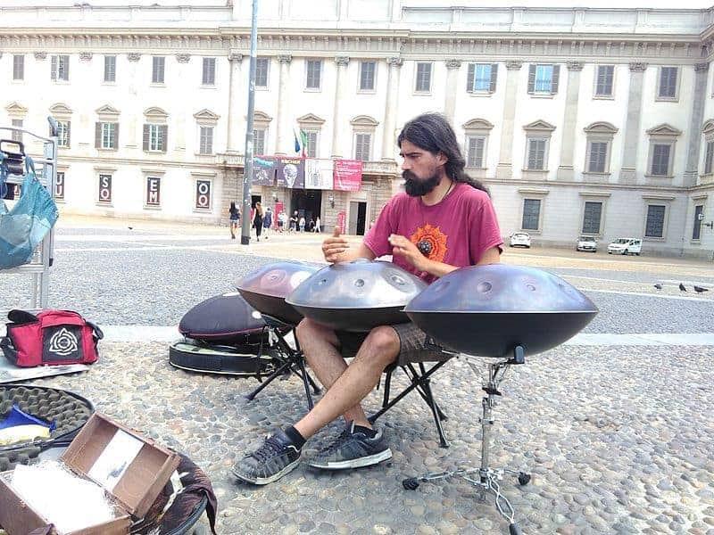 Musiker mit drei Handpans