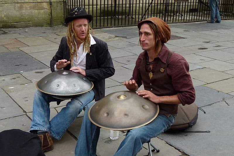 Handpan Duo Hang Massive beim Spielen auf der Straße