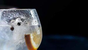 Kondenswasser bildet sich auf kaltem Glas