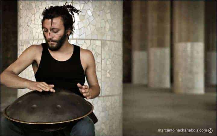 Davide Swarup spielt Handpan auf Straße