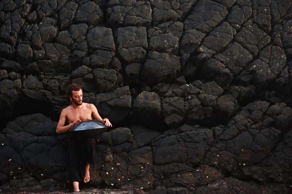 Davide Swarup vor Steinwand