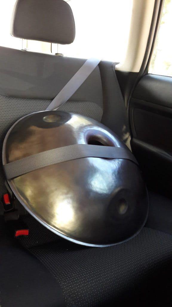 Handpan von Heliton Handcrafts im Auto