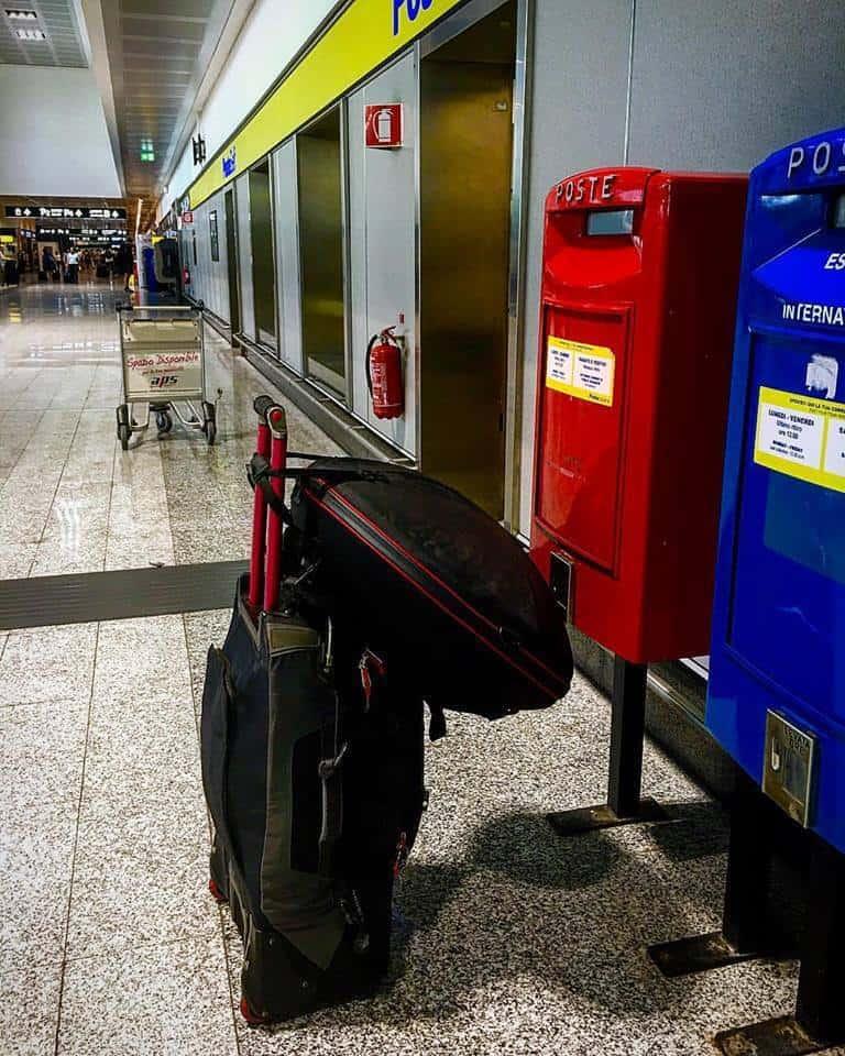Alessio Massi mit Evatek am Flughafen