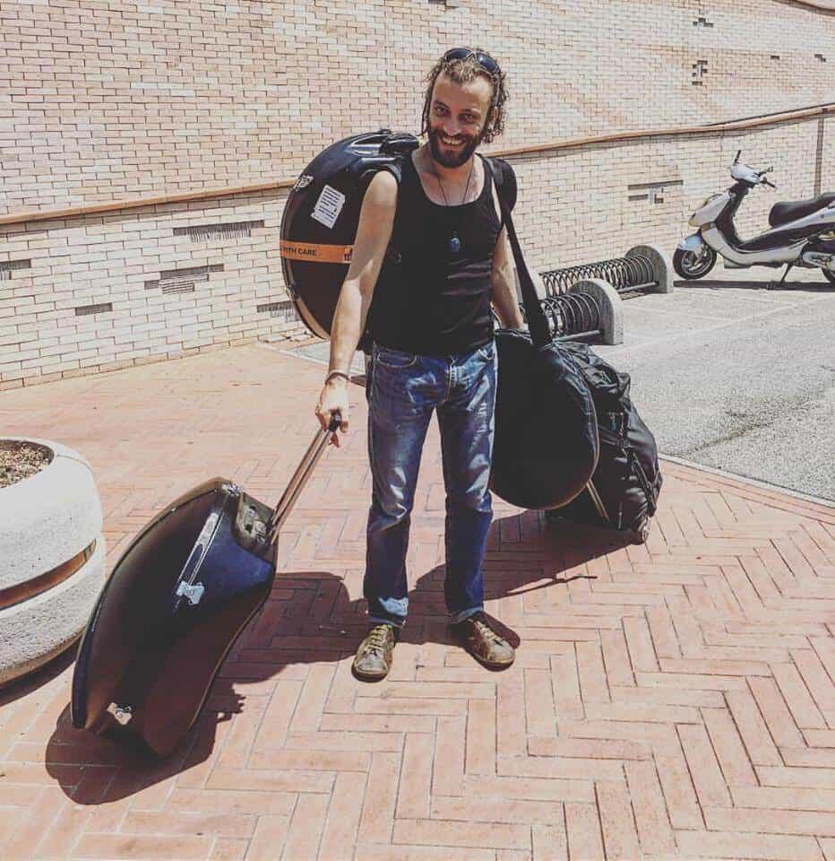 Davide Swarup reist mit mehreren Handpans