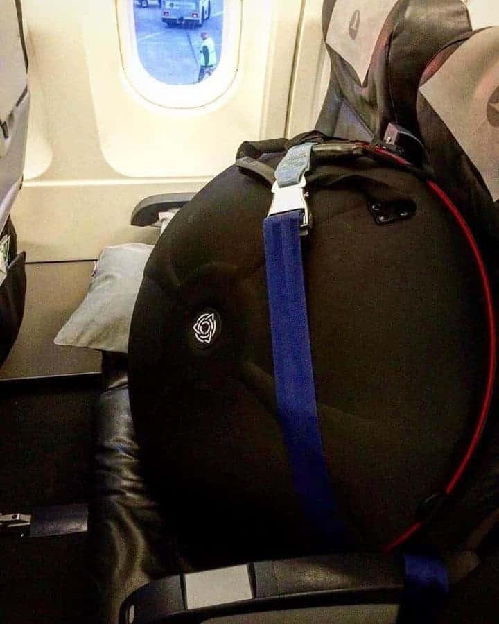 Handpan auf Flugzeugsitz