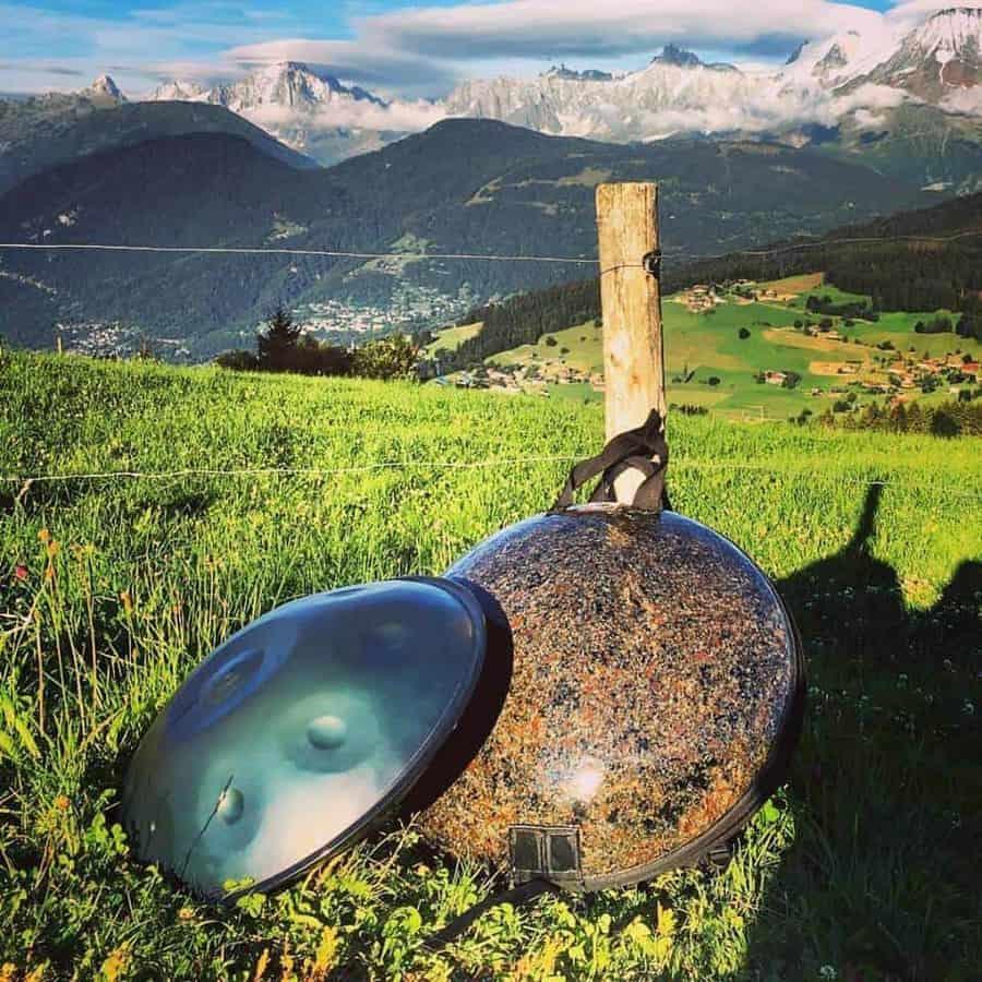 Sylvain Paslier mit seiner Boreal Handpan und einer PanjiBag vor dem Mont Blanc