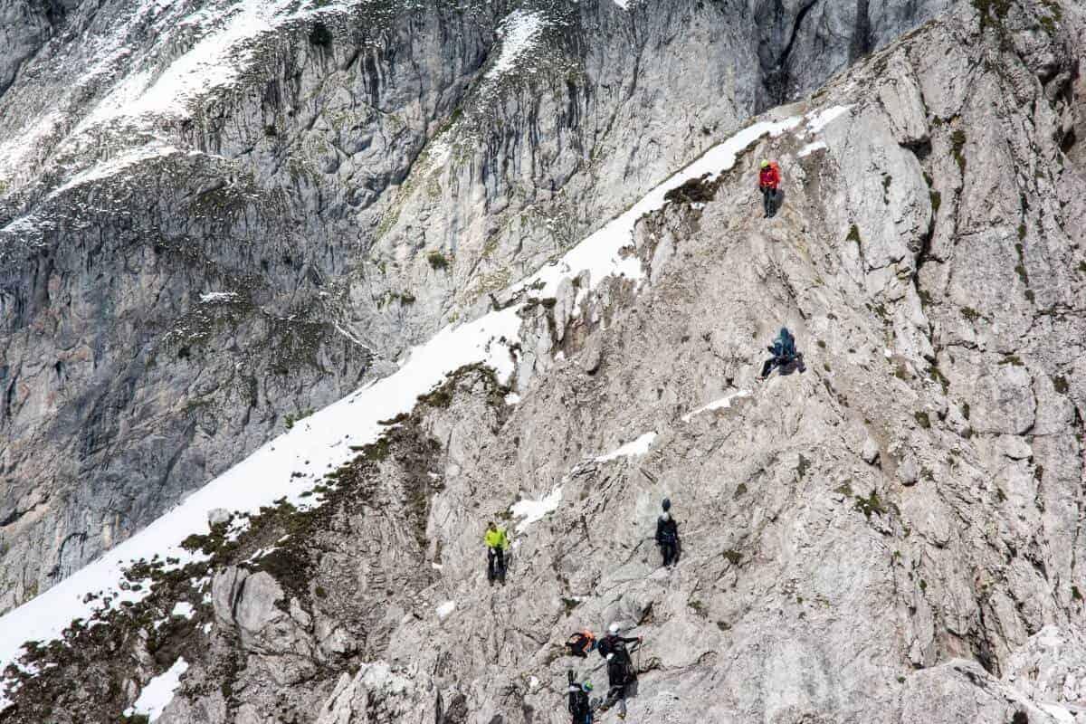 Bei den Parasol Peak Dreharbeiten klettert das Team in einer Steilwand