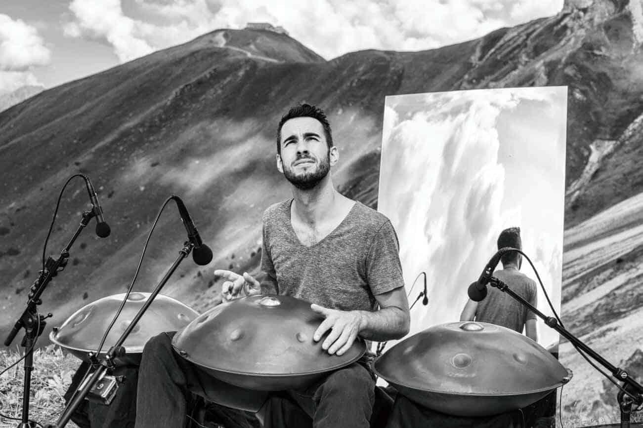 Manu Delago mit drei seiner Handpans in den Alpen