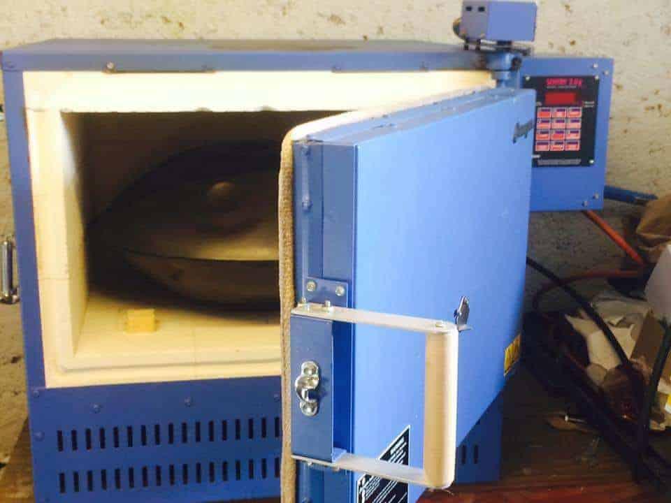Soma Sound Sculptures,Ein Ofen zur Wärmebehandlung bei der Handpan Herstellung