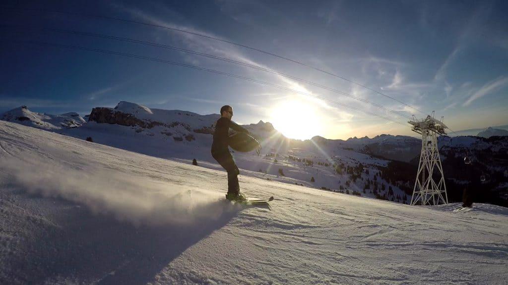 Jeremy Nattagh spielt Handpan beim Skifahren