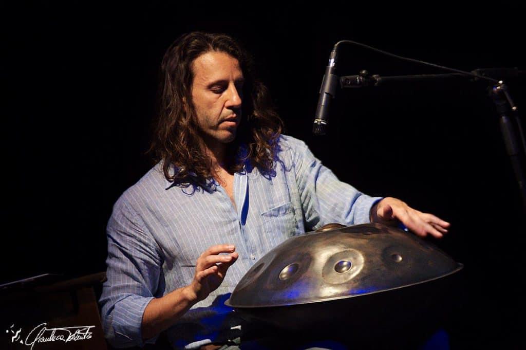 Edoardo Striani mit Handpan auf der Bühne