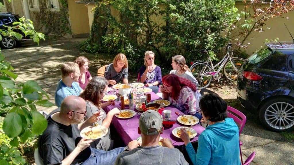 Gemeinsames Essen bei einem Wochenend-Handpanworkshop