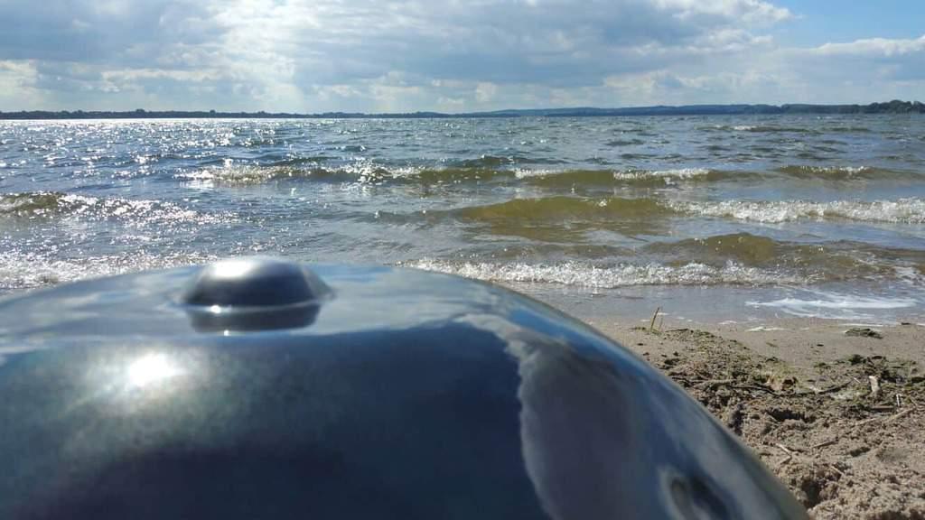 Handpan mit Strand und Wasser