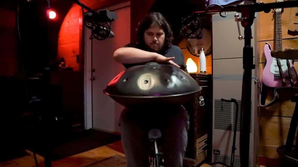 Jacob bei einer Aufnahme mit seiner Aura Maelstrom Handpan