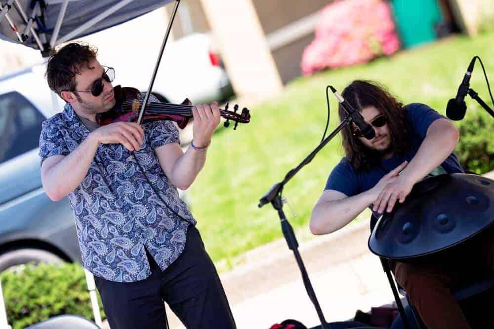 Jacob Cole und Violinist Mark Woodyatt spielen auf einem Wochenmarkt