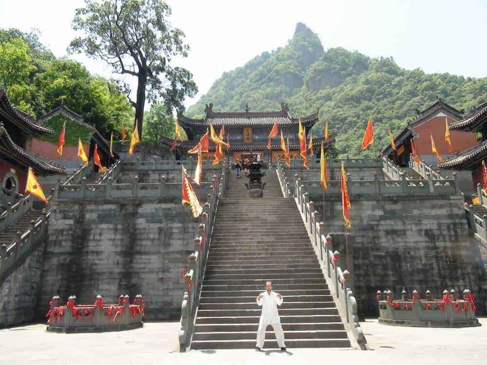 Jan Günzel in China vor einem Tempel bzw. Kloster