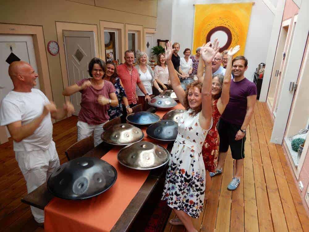 Cora Krötz mit den Teilnehmerinnen des Handpan-Wochenendes im Juli 2019