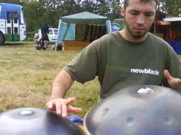 David Charrier spielt auf 2 Hang im Jahr 2009