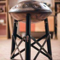 Pantam Stand Aviot Handpan-Ständer Handpanständer scharz sitzend mit Handpan